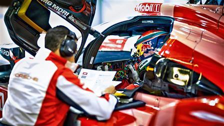 Kyle Wilson-Clarke (l.), Race Engineer, talking to factory driver Mark Webber