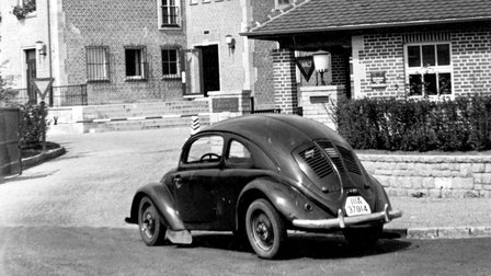 1940: Main entrance with a VW 30 in the foreground
